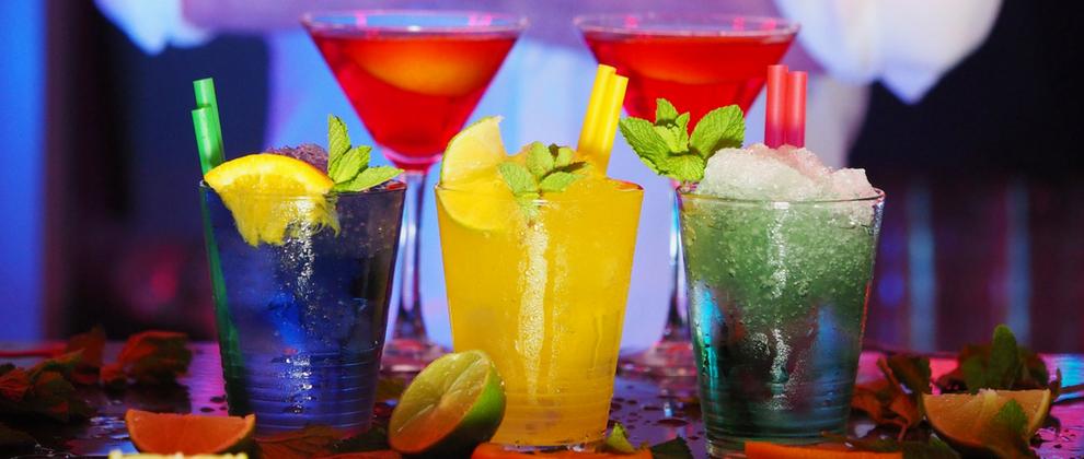 Poleti se priležejo tudi osvežilne pijače, kot so koktajli.